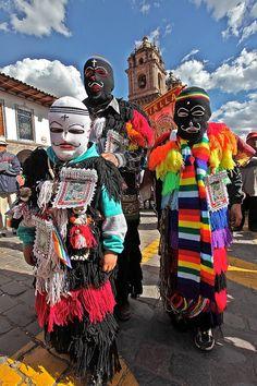 Esta es una fiesta en Cusco, Perú . La gente vestidos con máscaras.