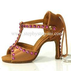 """Portachiavi """"ballroom"""" decorato con strass fuxia  #stepbystep #keyring #portachiavi #ballroom #sandali #sandals #salsa #bachata #strass #rhinestones"""