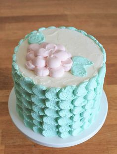 A delicious & quick cake finish is easier than you think! Learn two techniques for buttercream petal perfection with this FREE tutorial.