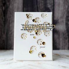 Bonjour, j'ai encore fait une carte de vœux... il ne m'en restait plus!!! hihi, què misère!!! J'ai lifté cette carte toute simple proposée sur Scrap & Co J'ai sorti un papier à pois dans les couleurs de Noël... Comme j'aime quand 'ça pète', j'ai coupé...