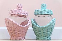Плетение из газет | VK Paper Weaving, Weaving Art, Rattan Basket, Wicker, Baskets, Weaving Designs, Wooden Gift Boxes, Mini Craft, Newspaper Crafts