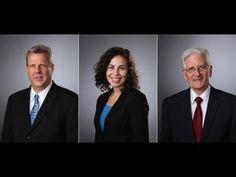 Simple Corporate Portraits: A Lighting Tutorial A partir de 3:50 intéressant de voir comment ils ont traité le problème des cheveux noirs sur le background : ils augmentent ou diminuent la puissance du flash qui pointe sur le background.