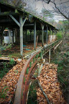 abandoned amusement park in the forest  森の中に消えた廃遊園地(3): サイクルモノレールの駅舎。こんなのがごっそり眠ってました。鉄板の床は錆びて穴が空き、もはや崩壊を待つばかり。レールはさらに森の奥へと伸びていました。