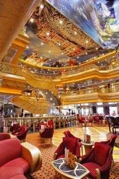 Lors de votre #croisière, faites de nouvelles rencontres dans l'un des restaurants-bars du navire #CostaMagica.