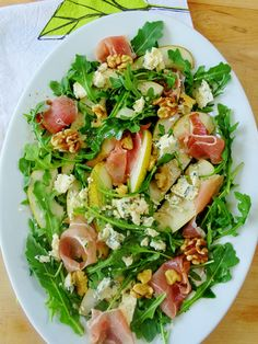 To me summer is all about the salads, and do I have a good one to share with you today! It's a combination of salty prosciutto, peppery arugula, creamy gorgonzola and sliced sweet pears, need I say mo Salad Bar, Side Salad, Soup And Salad, Tapas, Prosciutto Recipes, Arugula Salad Recipes, Clean Eating, Healthy Eating, Pear Salad