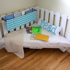 Reading chair made of two wooden palettes. Perfect for kids reading corner. I have a serious palette thing going on Corner Reading Nooks, Reading Nook Kids, Book Nooks, Corner Nook, Corner Bench, Corner Space, Corner Seating, Reading Time, Reading Corners
