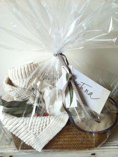 A Martina le regalaron una cesta con manta de algodón, muñeco-saco de calor, babero… ¡Monísima!