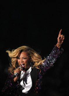 Beyonce performing the night she announced her pregnancy on TV