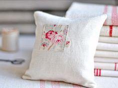 Petit coussin by Petits détails.....invece del pezzo di stoffa, un ricamino con le rose.