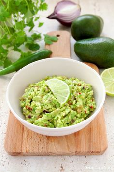 Przepis na tradycyjne guacamole, czyli meksykański dip na bazie awokado. Idealny do chrupiących nachos, tortilli, ale też grzanek, czy jako dodatek do mięs.