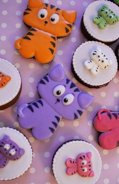 OK, so they're cookies.they're almost too cute to even consider eating! Cat Cookies, Cookies For Kids, Fancy Cookies, Cupcake Cookies, Sugar Cookies, Cookies Decorados, Galletas Cookies, Cupcakes, Cookie Designs