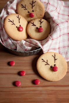 tpys videos and The Most Beautiful Pictures at Pinteres It is one of the best quality pictures that can be presented with this vivid and remarkable picture tpys wooden . The picture called Cómo hacer galletas navideñas con forma de reno Christmas Reindeer Cookies, Christmas Snacks, Christmas Cooking, Christmas Goodies, Holiday Cookies, Holiday Treats, Santa Cookies, Melted Snowman Cookies, Christmas Christmas