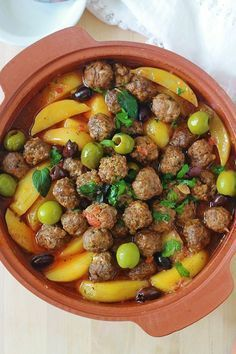 Tagine with meatballs, potatoes and olives. The whole is cooked in a tomato sauce. If you don't have a terracotta tagine, no problem. Use a casserole dish or a large pan with a lid. A simple, complete and comforting dish. Meat Recipes, Cooking Recipes, Healthy Recipes, I Love Food, Good Food, Algerian Recipes, Ramadan Recipes, Plat Simple, Sauce Tomate