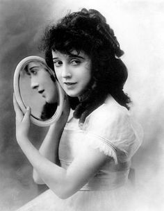 Mabel Normand (November 1892 – February was an American silent film comedienne and actress. She was a popular star of Mack Sennett's Keystone Studios and is noted as one of the film industry's first female screenwriters, producers and directors. Glamour Hollywoodien, Old Hollywood Glamour, Golden Age Of Hollywood, Classic Hollywood, Vintage Hollywood, Belle Epoque, Silent Film Stars, Movie Stars, Silent Screen Stars