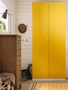 Ordning på torpet! RISDAL gula garderobsdörrar och matchande ALVINE RUTA matta