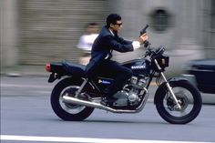 舘ひろしと言えばバイク。 その運転技術がプロ並みなのは周知のこと。 次の画像は、彼が刑事ドラマでよくやっていた、運転中に両手を離して発砲す...