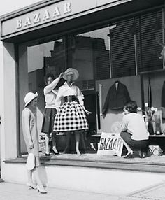Window dressing at Bazzar, 138a King's Road, 1959. © Getty Images