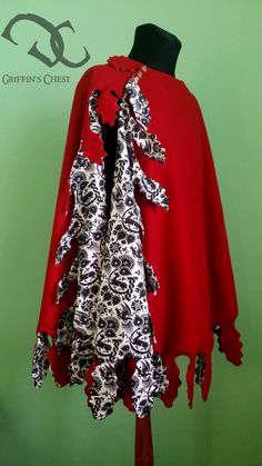 A short woolen cloak for men with printed silk. Finished with decorative cutout. XIV/XV century.