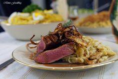 Schwäbischer Zwiebelrostbraten mit Cognac-Sauce ist eine leckere Abwandlung des schwäbischen Klassikers. Dazu gemachte Dinkel-Spätzle und Kartoffelsalat.