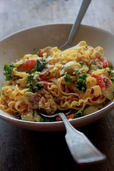 KAMAU: Tagliatelle mit Zucchini, Chicoree, Paprika und Schinken