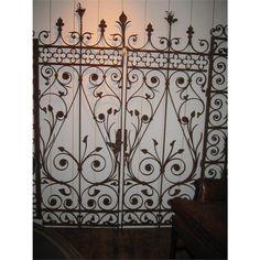 Um par excepcional de portões franceses de ferro forjado de meados do século XIX com detalhes impressionantes. Topos de lança são intercalados com flores com sépalas proeminentes.