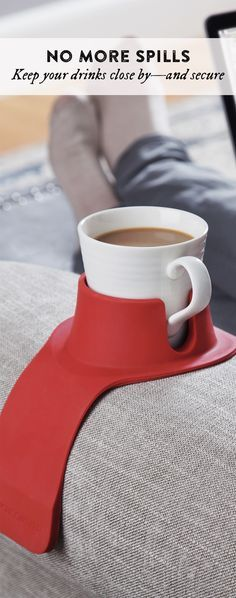 Keep your drinks close by—and secure. Drape this holder's adaptable, weighted sides over a couch or armchair, then settle in and relax. d'autres gadgets ici : http://amzn.to/2pfvyHP http://amzn.to/2stgo2U