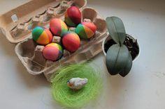 Накануне празднования святой Пасхи предлагаю свой вариант окрашивания праздничных яиц. В видеоуроке вы увидите два варианта окрашивания яиц в радужные цвета, используя набор жидких красителей из трех цветов — красный, желтый и синий.