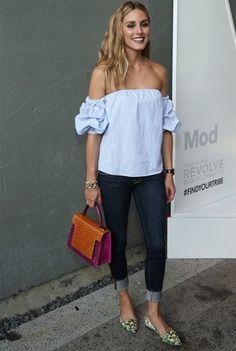Olivia Palermo trägt ihr Carmentop zu einer umgekrempelten Jeans