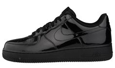 Dressed in a glossy black patent leather upper that rests on a black sole, Nike Sportswear has just released a dapper colorway of the Air Force 1 Low. Air Force Noir, Air Force 1, Air Force Shoes, Black Nike Shoes, Nike Free Shoes, Nike Shoes Outlet, Black Nikes, Nike Air Force Ones, Sneakers Mode