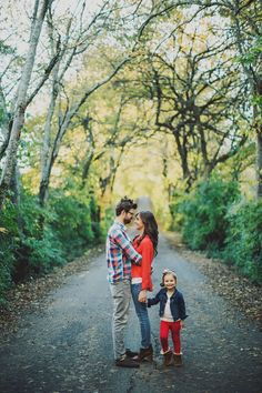 family of 3 posing tips, family pictures, family picture ideas, family photo outfits Family Shoot, Family Of 3, Family Photo Sessions, Family Posing, Family Portraits, Mini Sessions, Couple Shoot, Fall Family Pictures, Family Picture Poses