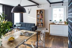 Nowoczesne mieszkanie -  salon z kuchnią  #regał na książki, #books, #bookstand, #shelf, #bookcase, #projektowanie #wnętrza,  #mebli, #JacekTryc, #architekt, #aranżacja wnętrz, #livingroom #kitchen #lamp # blue #warszawa, #nowoczesne wnętrza, #interiordesigner, #kuchnia #salon #design, #furniture, #interiors,