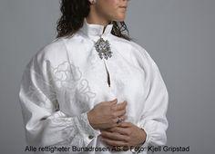 Håndbrodert skjorte med hvitsøm.