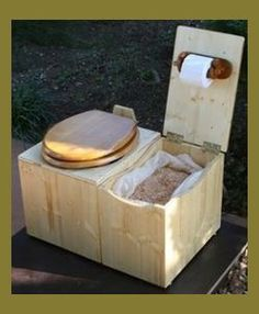 13 DIY Composting Toilet Ideas to Make Going Off-Grid Easier - Heimwerkerprojekte - Camping Survival, Camping Hacks, Camping Box, Homestead Survival, Outhouse Bathroom, Wc Set, Outdoor Toilet, Bokashi, Outdoor Bathrooms