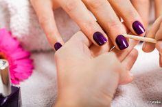 Borrões nas laterais das unhas podem fazer o esmalte durar menos: saiba como evitar