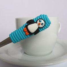 Lžička s tučňákem Polymer Clay Art, Kittens, Pasta, Polymer Clay, Mugs, Porcelain Ceramics, Fimo, Bijoux, Cute Kittens