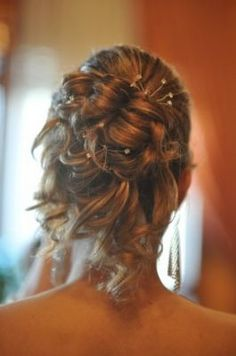 Capelli raccolti e dettagli decorativi per un'acconciatura sposa elegante, estremamente affascinante e ricercata.
