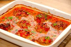 Virkelig god opskrift på hakkebøffer med baconflødesovs og peberfrugter. Retten tilberedes i et fad, der stilles i ovnen.