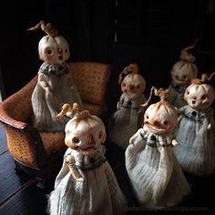 Tattered Teeny Pumpkin Art Dolls Halloween Folk Art by Melissa Valeriote Halloween Miniatures, Halloween Doll, Scary Halloween, Halloween Crafts, Vintage Halloween Decorations, Halloween Ornaments, Halloween Pumpkins, Pumpkin Art, Pumpkin Head