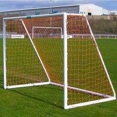 ItsAGoalin uPVC jalkapallomaali on 2,4 metriä leveä ja 1,8m korkea. Nopea kasata ja helppo kuljettaa vaikka mökille!