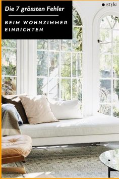 Das #Wohnzimmer steht für #Gemütlichkeit – leider reichen ein paar #Kissen alleine nicht aus, damit daraus auch eine #Wohlfühloase wird. Wir verraten euch die 7 No-Gos beim #Einrichten des Wohnzimmers und natürlich auch, wie man es besser machen kann. #living #interior Windows, Interior, Couple, Pillows, Ad Home, Homes, Nice Asses, Indoor, Interiors