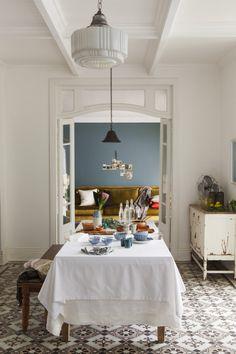 Dine with crisp white table linen