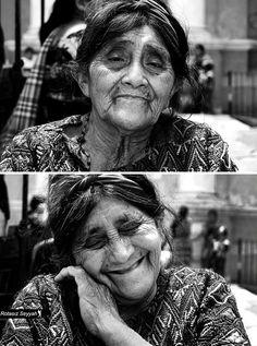 """El fotógrafo turco Mehmet Genç conocido en las redes sociales como Rotasiz Seyyah que traducido significa """"Nómada sin rumbo"""" ha llevado a cabo un proyecto fotográfico enfocado en mujeres de distintas partes del mundo.  """"You are beatiful"""" recoge la reacción de mujeres de todas las culturas y edades al escuchar que son bellas. Todas sin excepción reciben el piropo con una sonrisa y las más jóvenes con un poquito de rubor. Me encantaría ver la misma reacción en hombres ojalá ..."""