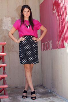 #Blusa fucsia, #falda negra con lunares blancos y zapatos negros. Combinación de @Kendi Everyday.