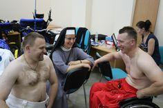Siostra Olga, dobra dusza Rusinowic w towarzystwie dwóch kogutów po treningu, ten z lewej pręży się jak prężyk, ale do młodego daleko. Mistrzyni drugiego planu Monika O.
