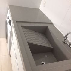 Pia esculpida: o que é? Outdoor Laundry Rooms, Modern Laundry Rooms, Laundry Room Layouts, Laundry Room Remodel, Laundry Room Organization, Laundry In Kitchen, Laundry Room Bathroom, Interior Design Kitchen, Interior Decorating