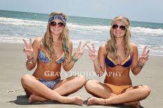 twin sister pic pose, beach pic pose idea, best friends