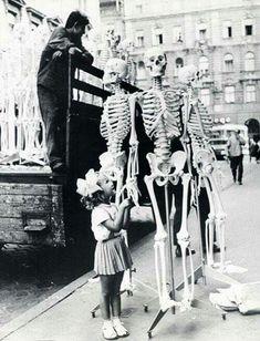 1966. Szemléltető eszköz csontvázak az utcán.