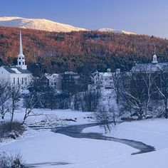 Stowe is a picturesque town in the eastern United States, attracting hikers and skiers alike. Vermont Winter, Stowe Vermont, Pictures Of America, Visit Philadelphia, Best Skis, Japan Photo, Romantic Travel, Romantic Destinations, Train Travel