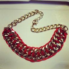 Collar rojo con cadenas