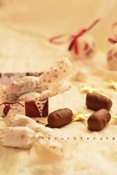 marzipan-dried plum chocolates for Christmas / Katucikonyha Macaron Flavors, Macaron Recipe, Candy Recipes, Dessert Recipes, Vanilla Macarons, Dried Plums, Christmas Candy, Xmas, Homemade Chocolate